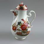 """Mitte 18. Jahrhundert. Weißes Porzellan. Bunte Bemalungen im historischen """"Tischchenmuster"""", vorwiegend Rottöne. Mit Schwertermarke. Höhe ca. 23 cm."""